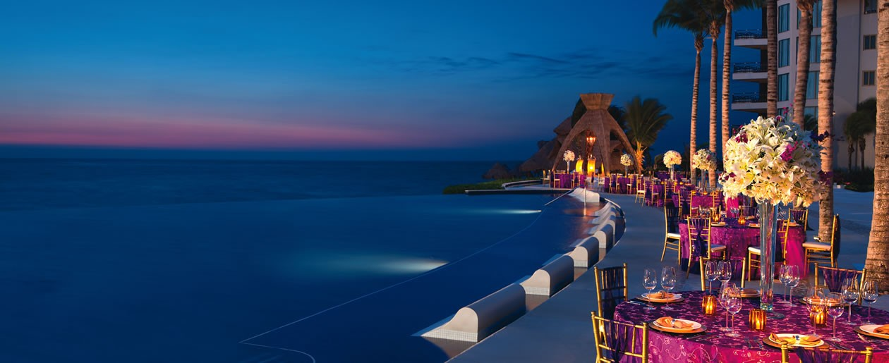 A Dreams Riviera Cancun Resort & Spa by the infinity pool for a dinner gala, perfect for weddings.