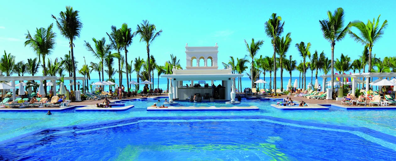 Oceanfront pool at the Riu Palace Pacifico.
