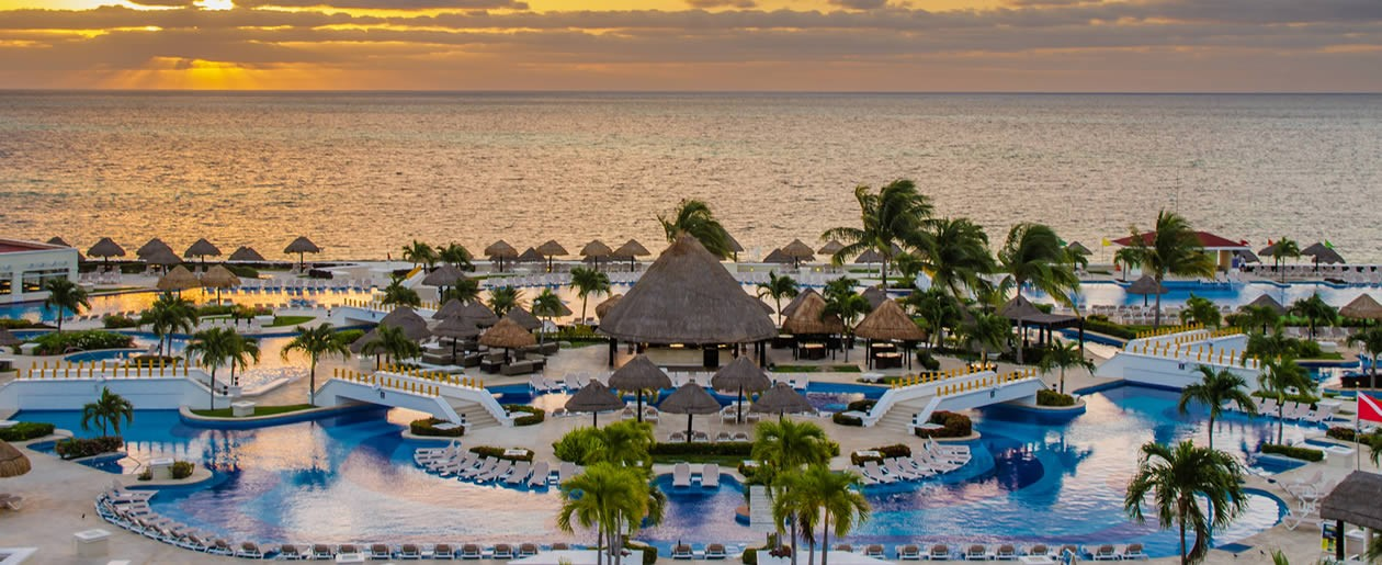 A superb grand Palace Resort at its best located along the Caribbean with Jacuzzi outfitted rooms for a great wedding and honeymoon getaway.